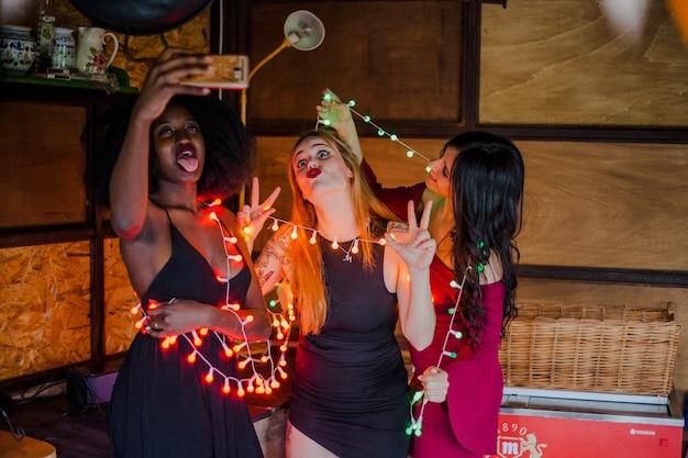 Les filles posent à la fête nocturne