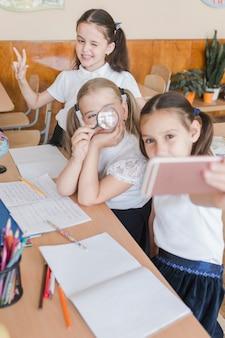 Filles prenant selfie à l'école