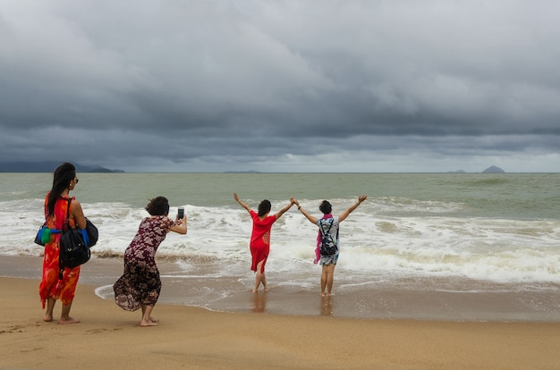 Filles prenant selfie sur la plage