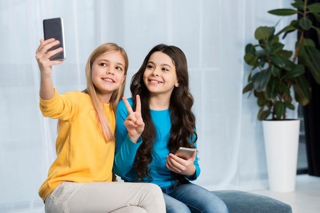 Filles prenant selfie