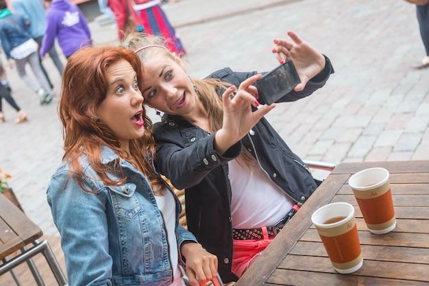 Filles, prendre des photos avec téléphone portable