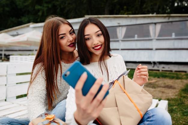 Les filles prennent une photo automatique avec un téléphone