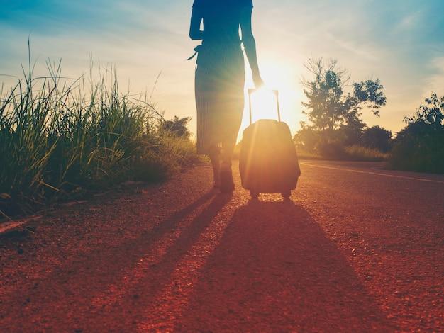 Les filles qui voyagent voyagent avec des bagages. par le tourisme de nature.