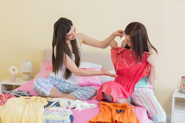 Filles regardant des robes à une soirée pyjama