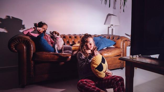 Les filles regardent la télévision en soirée