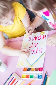 Filles réunissant à la maison pendant la quarantaine. jeux d'enfance, arts du dessin, concept de rester à la maison