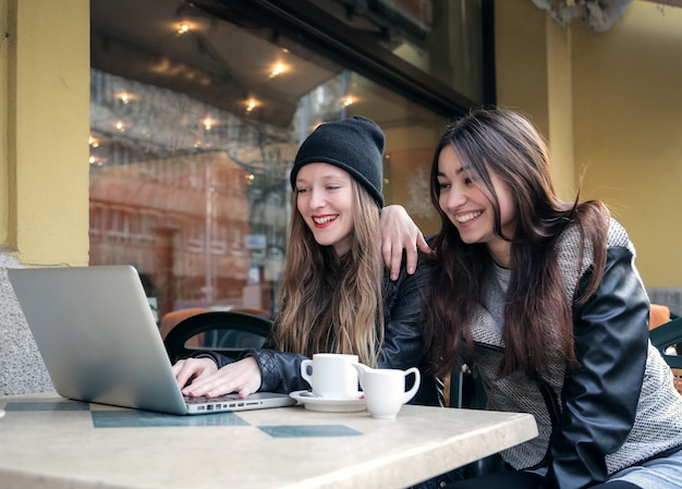 Filles s'amusant dans un café