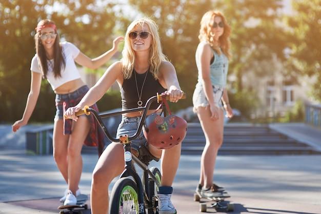 Filles s'amusant dans le skatepark