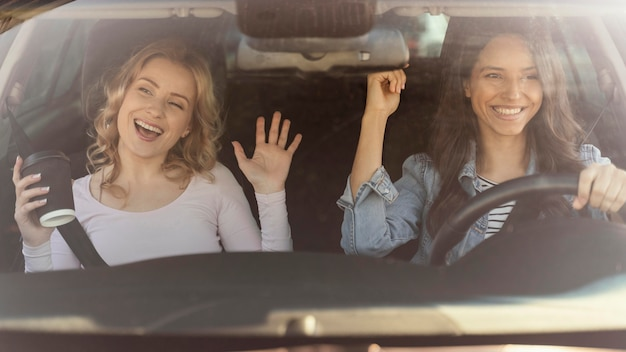 Filles s'amusant dans la voiture