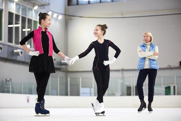 Filles s'entraînant au patinage artistique