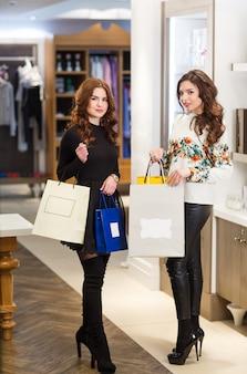 Les filles avec des sacs dans une boutique.
