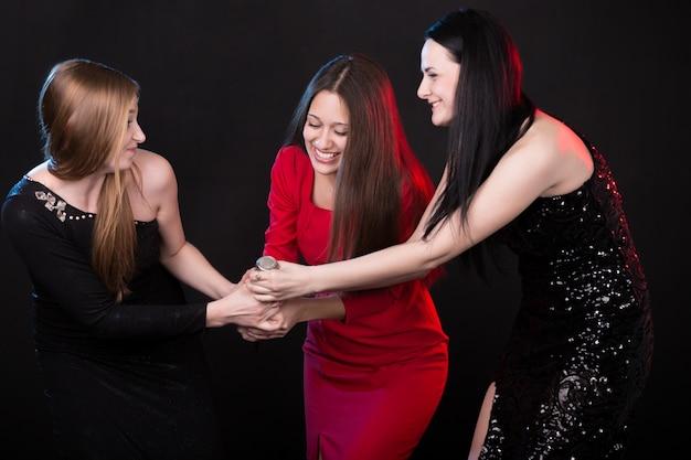Les filles se battent pour le microphone