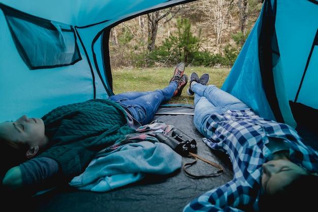 Les filles se reposent dans la tente
