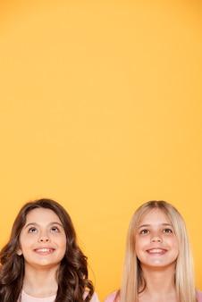 Filles de smiley de copie-espace