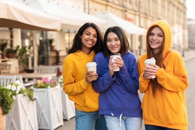 Les filles sont amies même avec des différences ethniques
