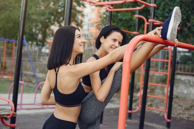 Filles sportives s'entraînant dans un parc d'été