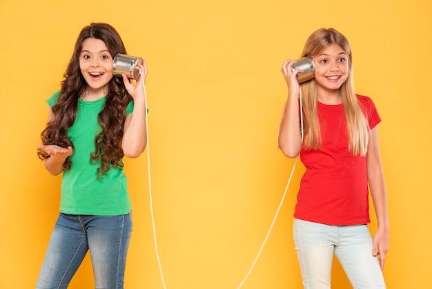 Filles avec talkie-walkie