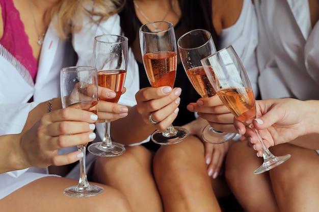 Filles, tenue, mains, lunettes, champagne