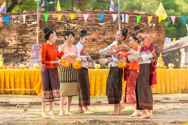 Filles thaïlandaises et laos éclaboussant l'eau pendant le festival songkran festival