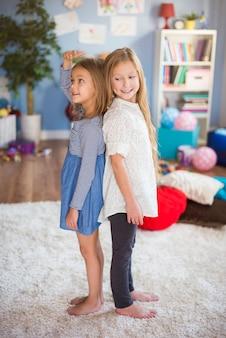 Les filles vérifient qui grandit le plus vite
