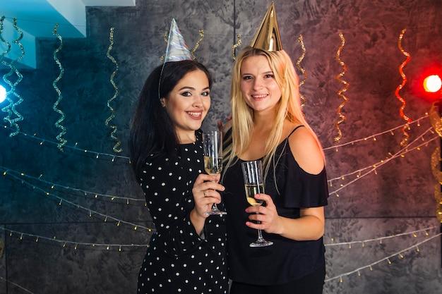Filles avec verre de champagne le soir du nouvel an