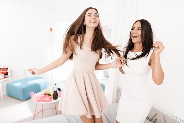 Des filles voilées sautent sur le lit.