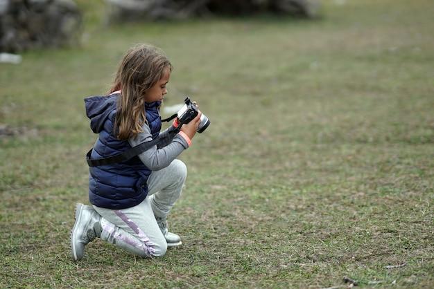 Une fillette de 5 ans prend des photos dans le parc national de sila en calabre, italie