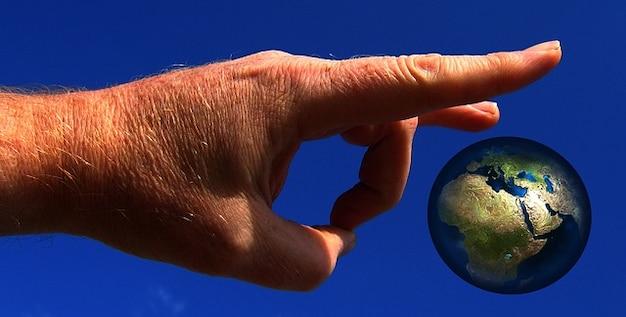 Film apocalypse terre à la main le globe du monde