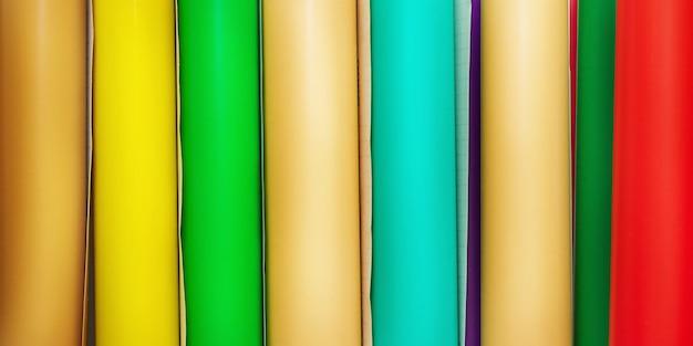 Le film coloré roule le film adhésif de différentes couleurs. vinyle, traceur.