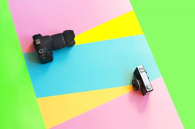 Film de mode et appareil photo numérique sur créatif coloré.