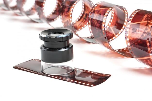 Film négatif torsadé et loupe