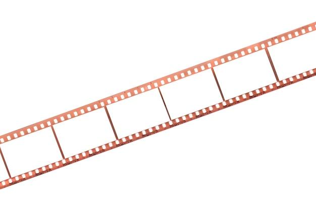 Film photographique avec des cadres vides sur une surface blanche