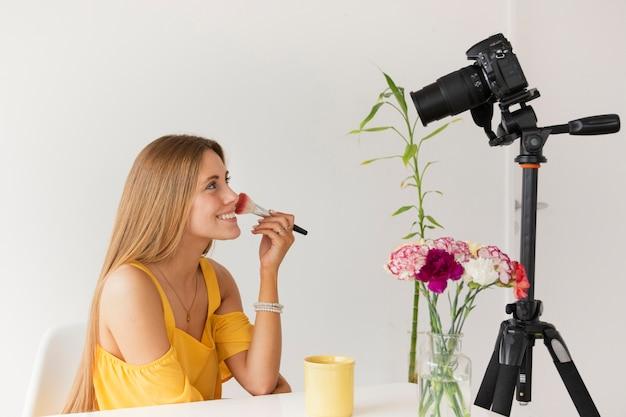 Film tutoriel maquillage vue de côté