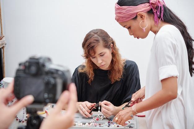 Filmer une vidéo sur la fabrication de bijoux