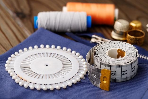 Fils et accessoires de couture sur table en bois marron
