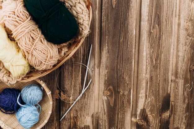 Fils et aiguilles à tricoter pour le tricotage à la main