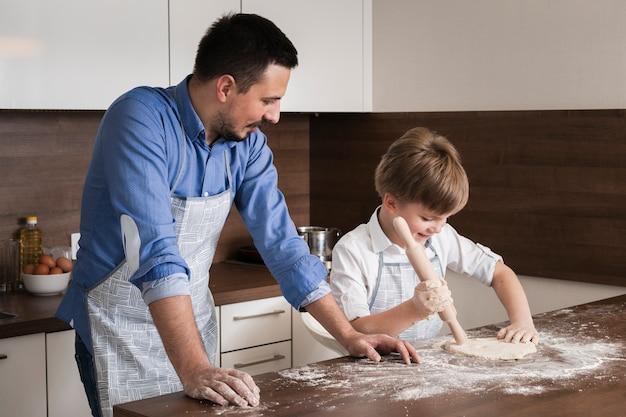 Fils à angle élevé et père cuisinant