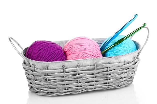 Fils brillants pour tricoter dans le panier sur blanc