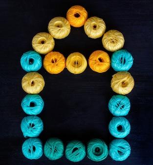 Fils colorés pour fond de tricot