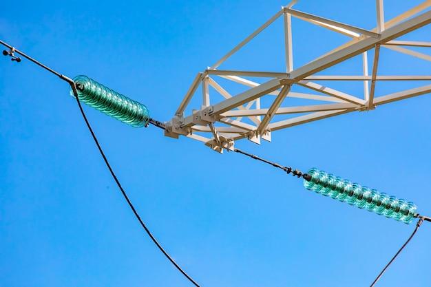 Fils connectés sur une tour de ligne de réseau électrique