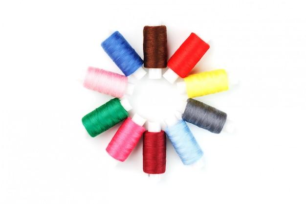 Fils à coudre colorés dans un cercle