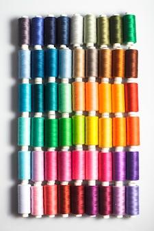 Fils à coudre comme un gros plan de fond multicolore