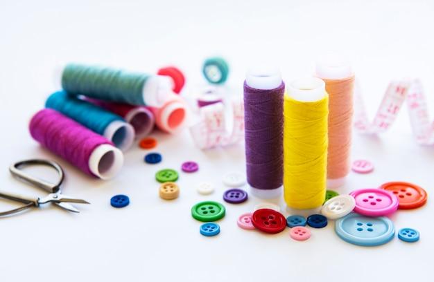 Fils de couleur et accessoires de couture