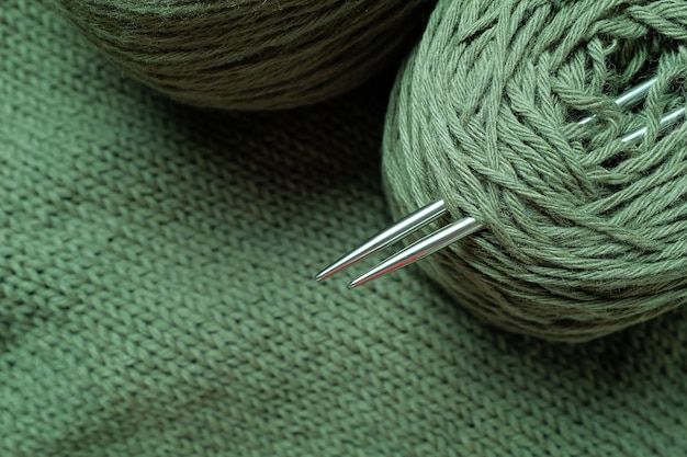 Fils de couleur, écheveaux et pelotes de laine italienne.