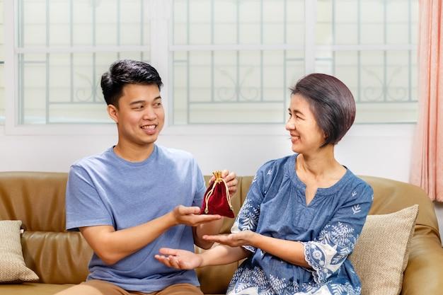 Fils donnant un cadeau à sa mère