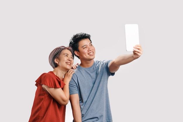 Fils faisant selfie photo avec maman