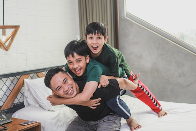 Fils heureux étreignant son père dans la chambre