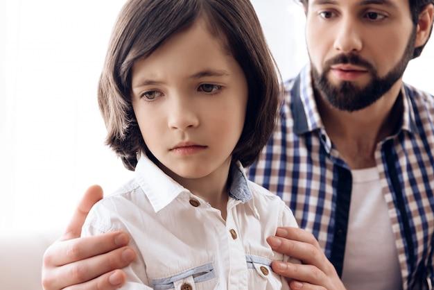 Le fils offensé ne pardonne pas à papa pour infraction.