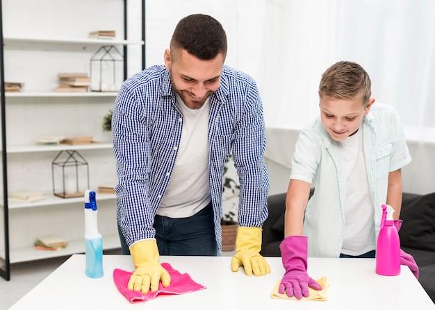 Fils et père nettoyant ensemble