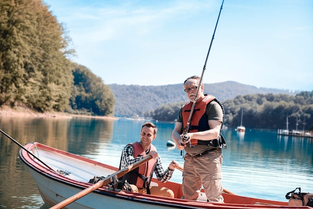 Fils et père se liant pendant la pêche sur la jetée